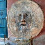 La Bocca della Verita o boca de la verdad de Roma muerde la mano del mentiroso