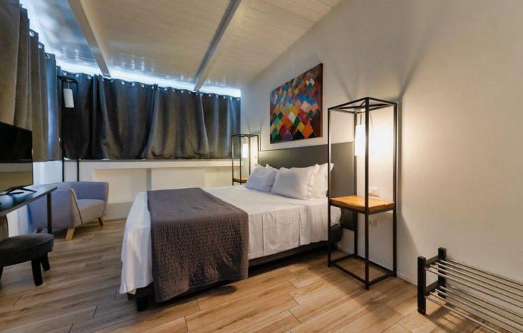cama en una habitación de hotel roma céntrico